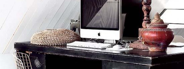 Birou vintage cu iMac si scaun wireframe